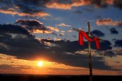 Cruz con la túnica roja Imagenes de archivo