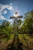 Cruz con un cielo azul y un Sun brillantes Imagen de archivo