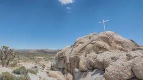 Cruz conmemorativa, roca de la salida del sol, coto nacional del Mojave, CA Foto de archivo