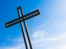 Cruz contra el cielo azul Fotografía de archivo