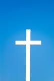Cruz contra el cielo azul Fotos de archivo libres de regalías