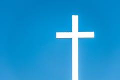 Cruz contra el cielo azul Foto de archivo libre de regalías