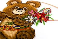 Urso olimpic costurado cruz Imagens de Stock Royalty Free