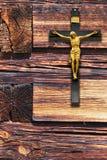 Cruz cristã com Jesus Christ que pendura na parede imagem de stock royalty free