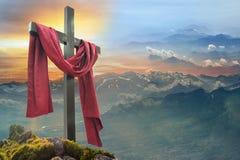Cruz cristã contra o céu fotografia de stock