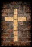 Cruz cristã na parede de tijolo fotos de stock