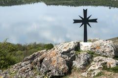 Cruz cristã no monte rochoso Fotografia de Stock