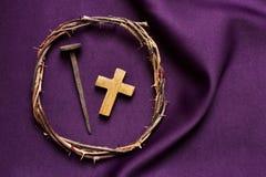 Cruz cristã, prego e a coroa de espinhos de Jesus Christ Fotografia de Stock