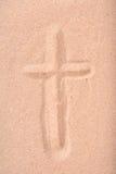 Cruz cristã tirada na areia seca Fotografia de Stock