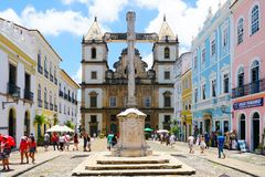 Cruz cristiana colonial de Cruzeiro de Sao Francisco Anchieta y la iglesia de San Francisco en Pelourinho imagenes de archivo
