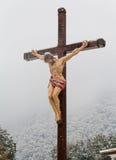 Cruz cristiana con un crucifijo en la iglesia Fotos de archivo libres de regalías