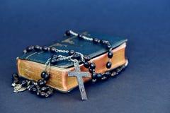 Cruz cristiana de plata en la Sagrada Biblia Imágenes de archivo libres de regalías