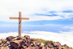 Cruz cristiana en el top de la montaña Fotos de archivo