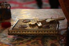 Cruz cristiana en la biblia Fotografía de archivo libre de regalías