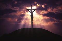 Cruz cristiana en la colina en la salida del sol Foto de archivo libre de regalías
