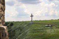 Cruz cristiana en la ladera imagen de archivo libre de regalías