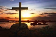 Cruz cristiana en la roca en playa Fotografía de archivo