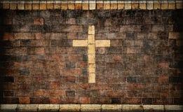 Cruz cristiana en pared de ladrillo Imágenes de archivo libres de regalías