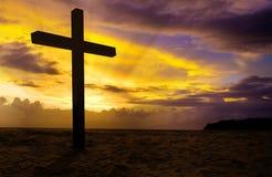 Cruz cristiana en puesta del sol Imagen de archivo libre de regalías