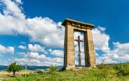 Cruz cristiana en un campo en la frontera entre las regiones de Presov y de Kosice en Eslovaquia Fotografía de archivo