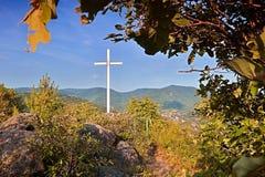 Cruz cristiana grande en la manera al puesto de observación de los kamen de Mlynaruv al valle del río europeo Labe en área turíst Fotografía de archivo libre de regalías