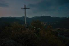 Cruz cristiana grande en la manera al puesto de observación de los kamen de Mlynaruv al valle del río europeo Labe en área turíst Fotos de archivo libres de regalías