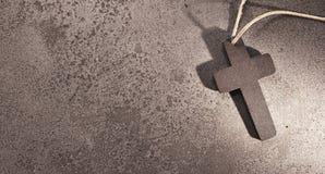 Cruz cristiana santa en el fondo de piedra para la tarjeta fúnebre Foto de archivo libre de regalías