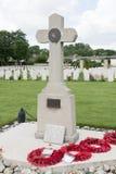 6a cruz da divisão aerotransportada no cemitério de Ranville Foto de Stock Royalty Free
