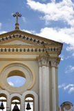 Cruz da igreja ajustada contra o céu azul nebuloso Imagens de Stock Royalty Free