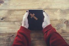 Cruz da mão da mulher com livro fotos de stock