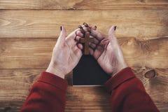 Cruz da mão da mulher com livro foto de stock royalty free