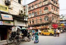 Cruz da mulher a estrada ocupada com tráfego do transporte Imagens de Stock Royalty Free
