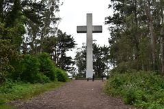Cruz da Páscoa do nascer do sol da rocha de Greywacke em Mt Davidson San Francisco, 5 imagem de stock royalty free