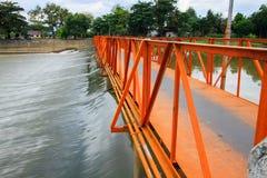 Cruz da ponte o rio Imagem de Stock