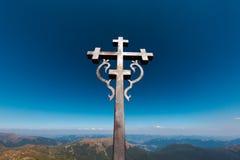 Cruz de acero en la colina de la montaña Ucrania Imagen de archivo libre de regalías