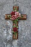 Cruz de cerámica con las flores Foto de archivo libre de regalías