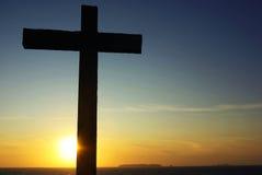 Cruz de Cristo a la puesta del sol. Foto de archivo