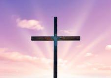 Cruz de Cristo y del cielo rosado Foto de archivo libre de regalías