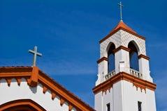Cruz de la aguja de la iglesia y cielo azul Fotografía de archivo