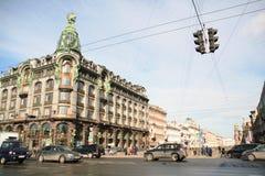 Cruz de la calle con la tienda de reservación del centro histórico de St Petersburg en el día soleado Imagen de archivo libre de regalías