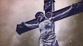 Cruz de la crucifixión con la estatua de Jesus Christ sobre lapso de tiempo tempestuoso de las nubes y el caer de la nieve almacen de video