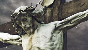 Cruz de la crucifixión con la estatua de Jesus Christ sobre lapso de tiempo tempestuoso de las nubes y el caer de la nieve almacen de metraje de vídeo