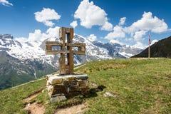 Cruz de la cumbre Imágenes de archivo libres de regalías