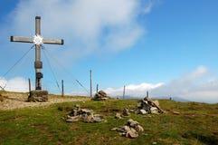 Cruz de la cumbre con los edelweiss fotografía de archivo