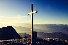 Cruz de la cumbre en la montaña de Hochkoenig - montañas de Berchtesgaden, Austria Foto de archivo