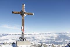 Cruz de la cumbre encima de la esquina 2 del oro el 142m, Spittal, Carinthia, Austria en invierno Foto de archivo