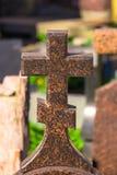 cruz de la iglesia en la piedra sepulcral imágenes de archivo libres de regalías