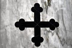 Cruz de la iglesia negra, vieja cruz griega original del mármol negro, mármol blanco integrado Imagen de archivo libre de regalías