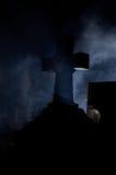 Cruz de la lápida mortuoria en cementerio. Imagen de archivo libre de regalías