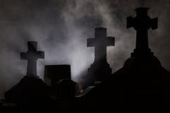 Cruz de la lápida mortuoria en cementerio. Foto de archivo libre de regalías